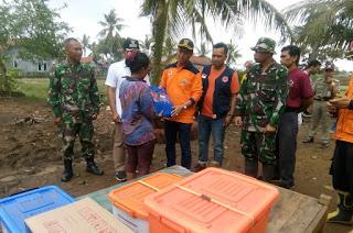 Hujan dan Angin Kencang Rusak Rumah Warga : Babinsa Dampingi Wakil Bupati Berikan Bantuan