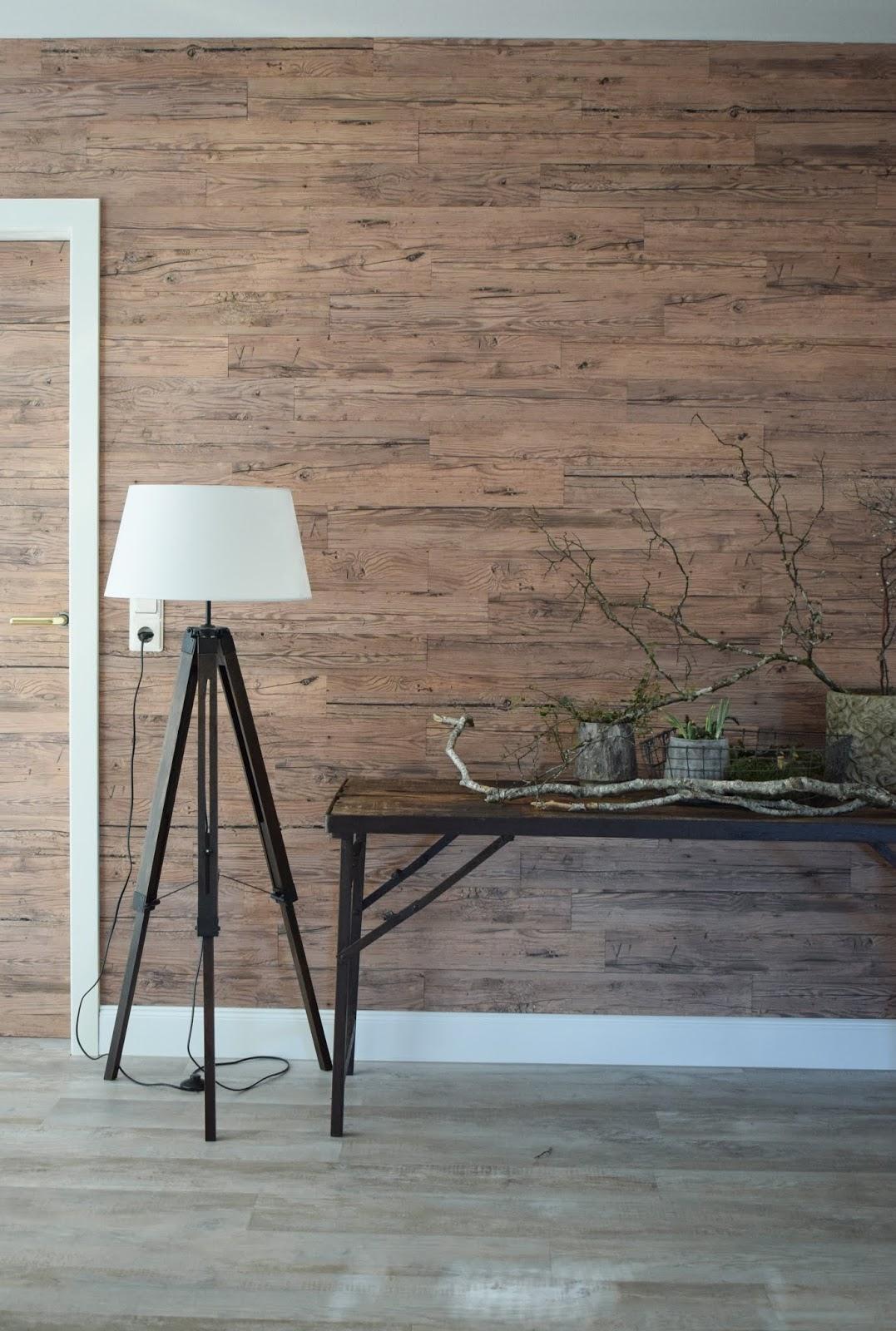 Holzverkleidung für die Wand mit Wandwood Paneele einfach kleben. Holzwand verkleiden und selbermachen. Wandgestaltung für Wohnzimmer aus Holz. Ideen für innen. DIY Verkleidung aus Holz selber anbringen Renovierung r