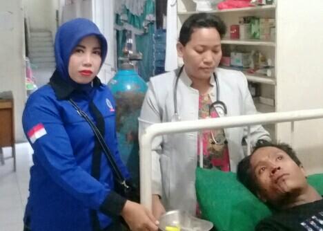 Petugas medis sedang menangani korban.