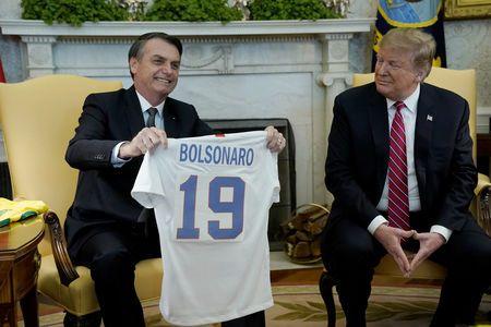 2f0e3b964d Bolsonaro recebe camisa 19 da Seleção dos EUA de Trump