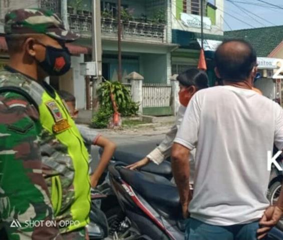 Disiplin Protokol Kesehatan Dilakukan Personel Jajaran Kodim 0207/Simalungun Dengan Tegur Warga Tidak Pakai Masker