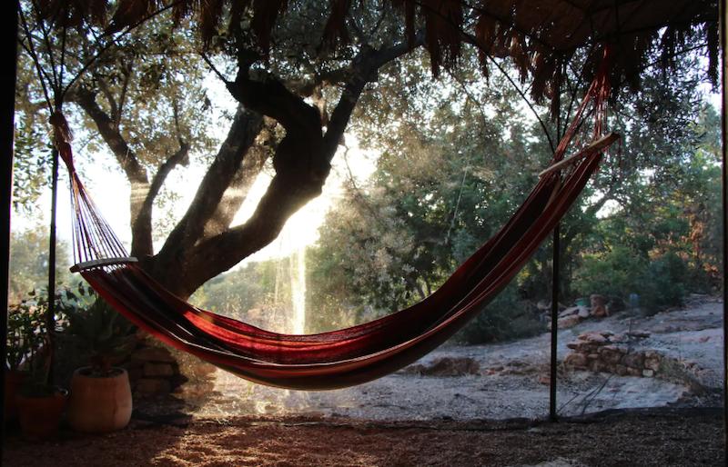Puesta de sol y hamaca al aire libre