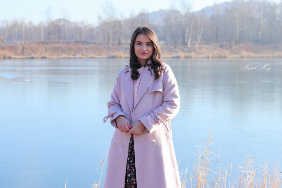 Różowy płaszcz i długa spódnica