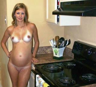 Femei goale în bucătărie