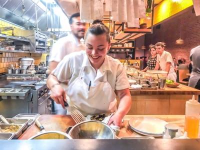 Mulher cozinhando restaurante