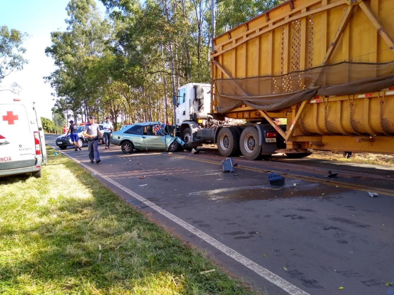 Homem morre ao bater de frente com caminhão em vicinal de Catiguá