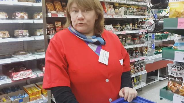 «Не хватает денег даже на еду»: пожаловалась многодетная мать и купила три палки колбасы