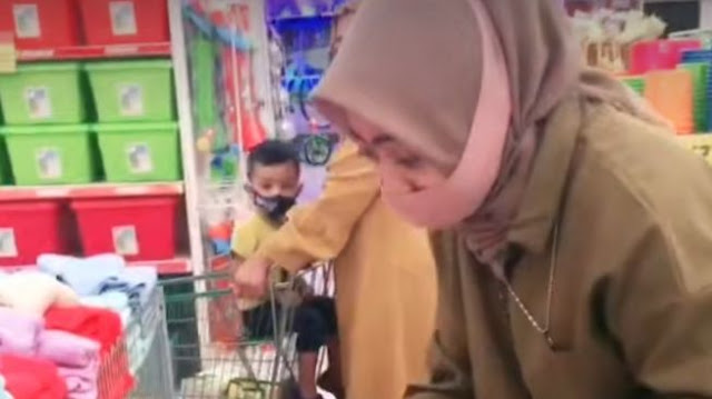 Viral Video TikTok Perempuan Berbicara Sendiri, Warganet Ungkap Penyebabnya