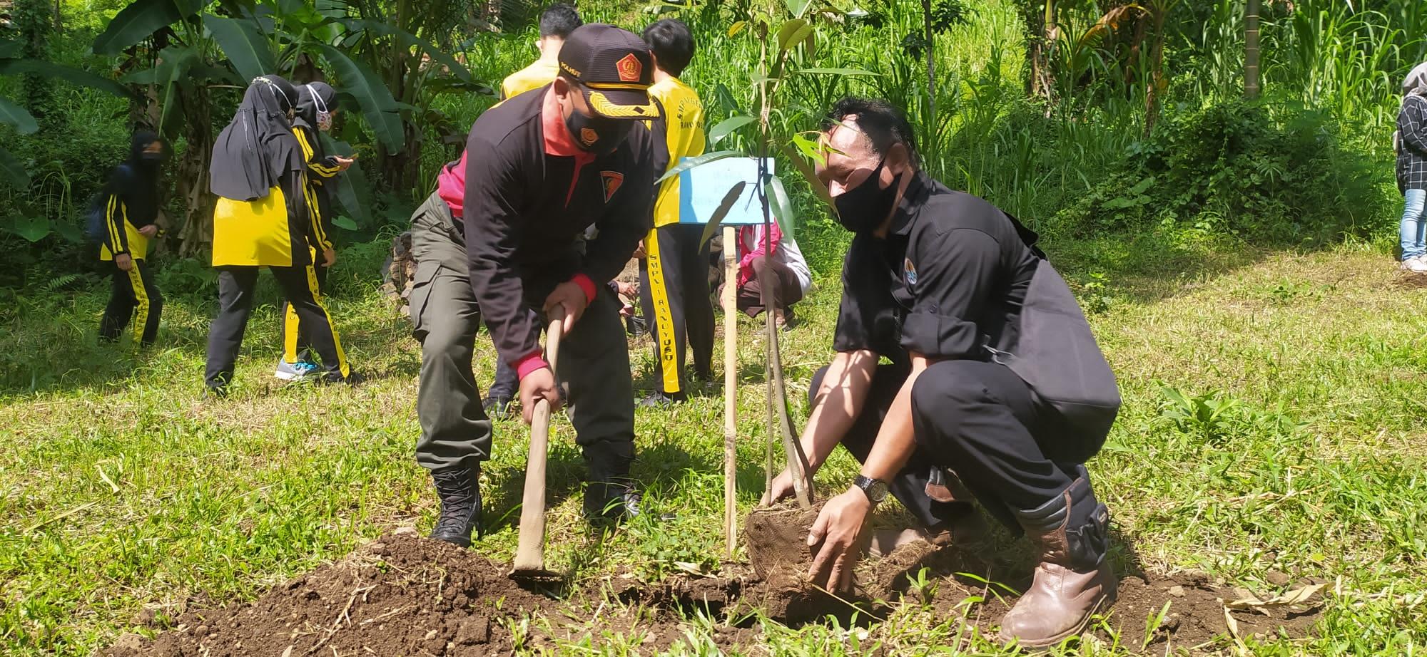 Selamatkan Mata Air, Perhutani Tanam Ratusan Pohon di Ranuyoso