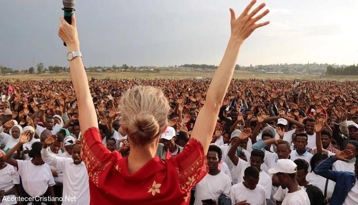 Evangelista Tamryn Klintworth predicando en África