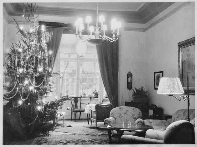 Schwarz-Weiß-Bild mit Weihnachtsbaum und Wohnzimmer