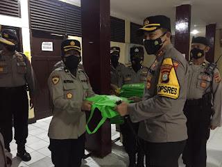 Kapolres AKBP Kadarislam berikan Bingkisan Alqur'an pada Anggotanya yang berultah