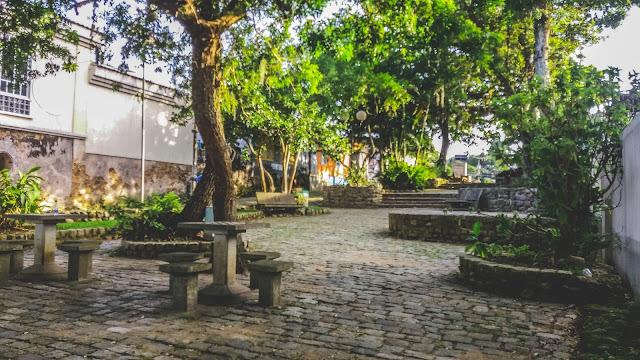 Imagem da praça e da rua da cidade