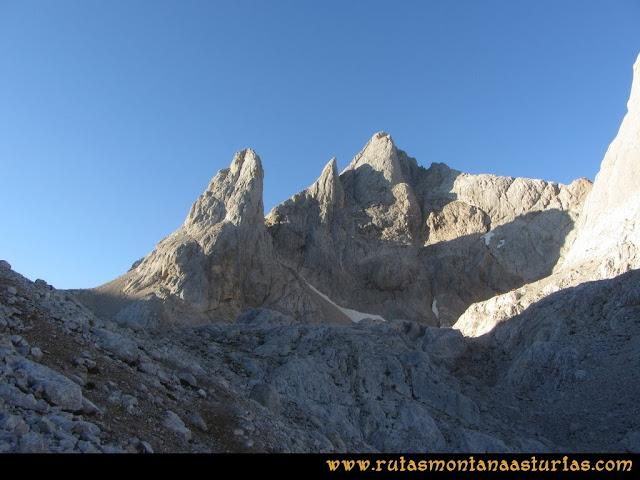 Ruta Cabrones, Torrecerredo, Dobresengos, Caín: Vista del Torrecerredo desde el Jou Negro