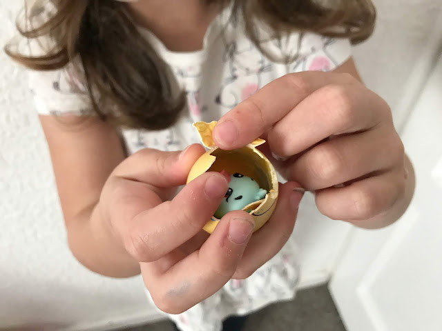 opening a hatchimal CollEGGtible egg