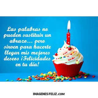 Feliz Cumpleaños Felicidades cupcake con grajeas de colores y velita
