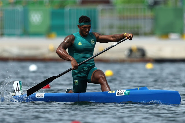Isaquias Queiroz conquista o ouro na canoagem nas Olimpíadas