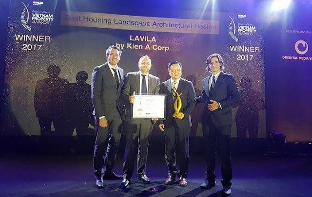 Đại diện chủ đầu tư Kiến Á nhận giải thưởng cho thiết kế xuất sắc của dự án Lavila Nhà Bè.