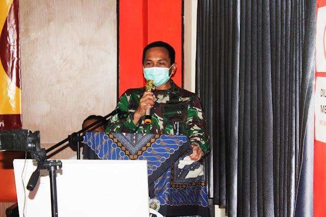 """KEDIRI - Komandan Kodim 0809 Kediri Letkol Kav Dwi Agung Sutrisno SE Msi (Han) bersama Forkopimda menghadiri pelantikan anggota Panitia Pemungutan Suara (PPS) se Kabupaten Kediri yang digelar oleh Komisioner KPU Kabupaten Kediri secara daring di Ruang Media Center KPU Kabupaten Kediri. Senin (15/6/2020).  Pelantikan PPS secara daring tahun ini diikuti sekitar 1032 anggota PPK se Kabupaten Kediri dari 26 Kecamatan dan dilaksanakan di 94 titik Balaidesa yang akan mengemban tugas dalam pelaksanaan Pilkada Pilihan Bupati dan Wakil Bupati tahun 2020.  Dalam pelantikan anggota PPS di ruang media center KPU Kabupaten Kediri pada kesempatan tersebut turut dihadiri Komisioner KPU Kabupaten Kediri Ninik Sunarmi, S.Si selaku Ketua KPU Kab. Kediri, Agus Hariyono, M.Pdi (Komisoner KPU Kabupaten Kediri Divisi Hukum dan Pengawasan), Eka Wisnu Wardhana, ST (Komisoner KPU Kab. Kediri Divisi Data dan Informasi), Nanang Qosim, S.Pd (Komisoner KPU Kab. Kediri Divisi Parmas, Sosialisasi dan Pendidikan Pemilih), serta Anwar Ansori, M.Pdi (Komisoner KPU Kab. Kediri Divisi Teknis Penyelenggaraan). Sedangkan dari Komisioner Panwaslu Kabupaten Kediri dihadiri oleh Ibu Saidatul umah selaku (Ketua Panwaslu Kabupaten Kediri) dan bspsk Ali Mashudi.  Sementara unsur Forkopimda Kabupaten Kediri yang hadir dalam kegatan tersebut antara lain Dandim 0809 Kediri Letkol Kav Dwi Agung Sutrisno, SE M.Si. (Han), Kapolres Kediri diwakili Dalgar Polres Kediri AKP Sudarsono, Asisten I Pemkab Kediri Bapak Edy Y, Kasat Intel Polres Kota Kediri AKP Maryono, Kasi Intel Kejaksaan Ibu Ika A Winarti, SH dan Kesbangpol Kab. Kediri Nasrullah  Dalam Sambutannya Ketua KPU Kabupaten Kediri Ninik Sunarmi, S.Si mengucapkan banyak terimakasih atas kehadiran semua pihak yang telah hadir pada kesempatan hari ini, alhamdulillah Pelantikan PPS akhirnya bisa dilaksanakan yang sebelumnya sempat ditunda karena Covid 19.""""  """"Saya atas nama Ketua KPU Kabupaten Kediri mengucapkan selamat kepada PPS yang sudah dilantik, semoga PPS yan"""
