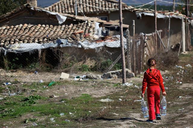 Un niño lleva agua a una comunidad depauperada donde vive en el norte de Bulgaria.© UNICEF/Giacomo Pirozzi