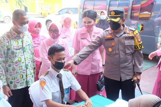 Kapolres Lampung Utara dan Ketua Bhayangkari Cabang hadiri kegiatan vaksinasi di Yayasan Kemala Bhayangkari