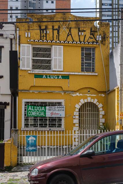 Sobrado na Rua Marechal Deodoro com fachada pintada de amarelo com detalhes em branco