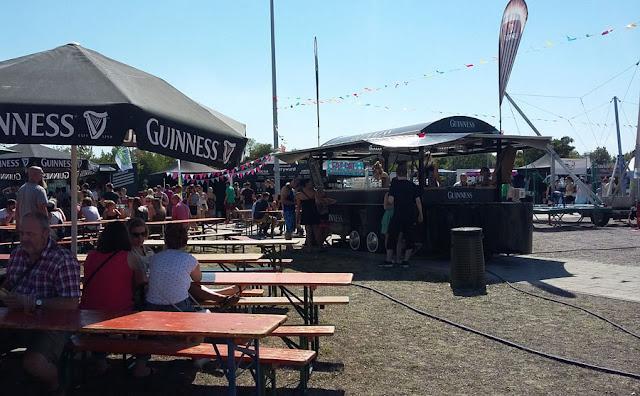 Street Food Festival Erfurt 2016 - Sitzgelegenheiten, Guiness-Wagen und Bungee-Trampolin