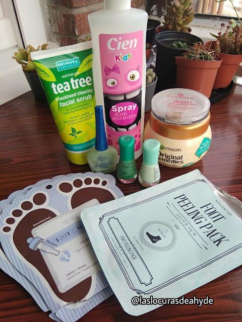 cosmeticos terminados. Maquillaje, esmaltes de uñas, mascarillas para los pies, exfoliantes, Spray para el pelo