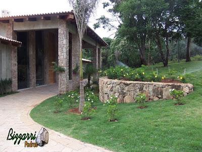 Pilares de pedra, com pedra moledo, na entrada da residência em Piracaia-SP.