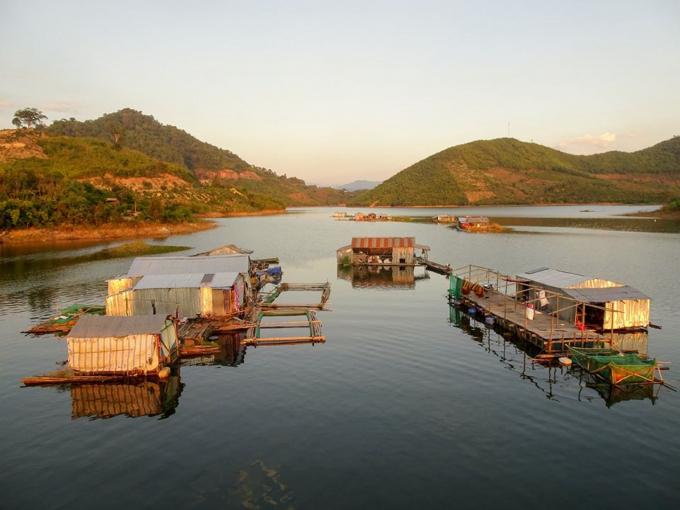 Xóm lòng hồ giờ nhiều những lồng bè nuôi cá để đảm bảo kinh tế.