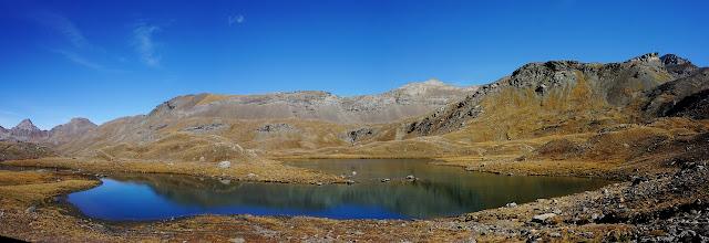 lac de montagne sous le col d'Invergnieux, val d'aoste