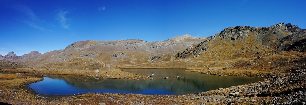 lac de montagne sous le col d'invergnieux. Dans les alpages avec vues sur les montagnes dans le Grand Paradis. Couleurs d'automne