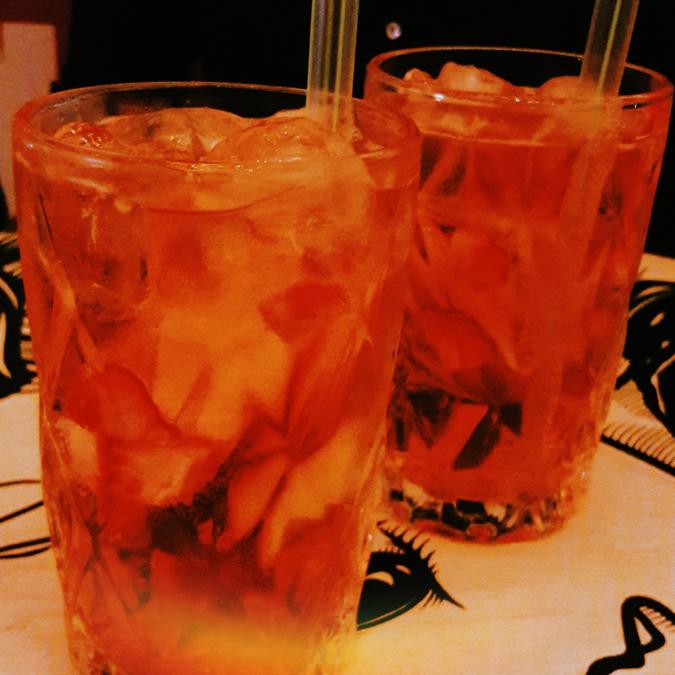 dois drinks de gin, cidra e maçã - Cho Street Food