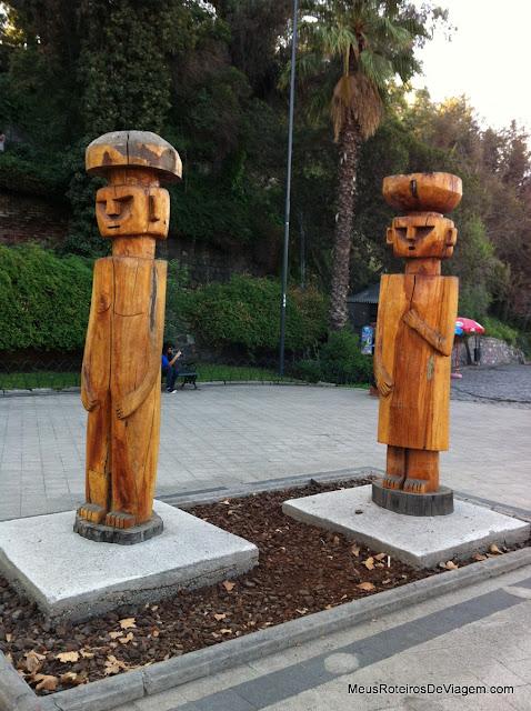 Estátuas de madeira no Cerro Santa Lucía