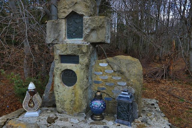 Kapliczkę postawiło tu lokalne koło łowieckie
