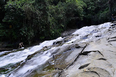 Menapaki Air Terjun Goa Rangreng dari samping - Backpacker Manyar