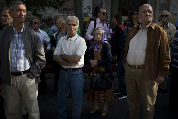 Bloomberg: Οι Έλληνες συνταξιούχοι μεταναστεύουν στη Βουλγαρία για να ζήσουν