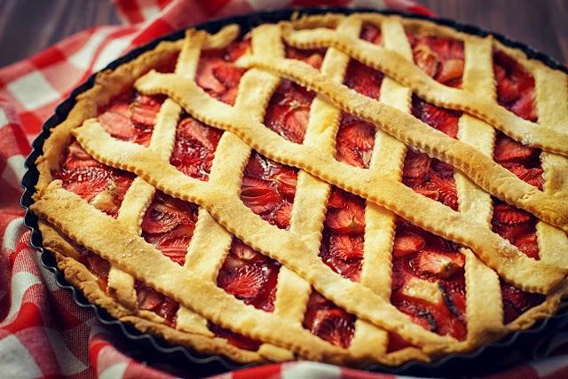 Omlós epres, rácsos pite vaníliás krémmel: ezek az arányok mindig beválnak a tésztához