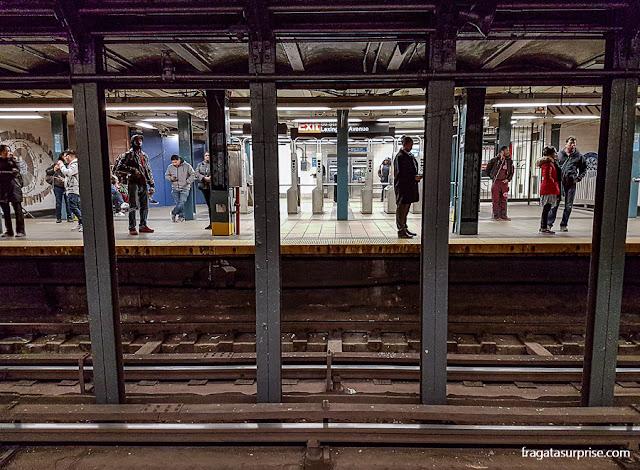 Transporte em Nova York - estação de metrô no Lower East Side