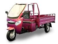 Kırmızı renkli, üç tekerlekli, üstü kapalı, kabinli ve kasalı triportör