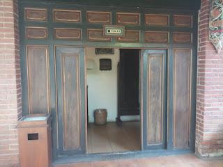 toilet antik di taman samping