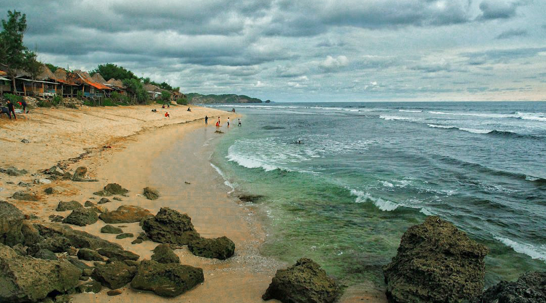 Pantai Sepanjang pasir putih dan manis pasir biru dan keren hujan mendung