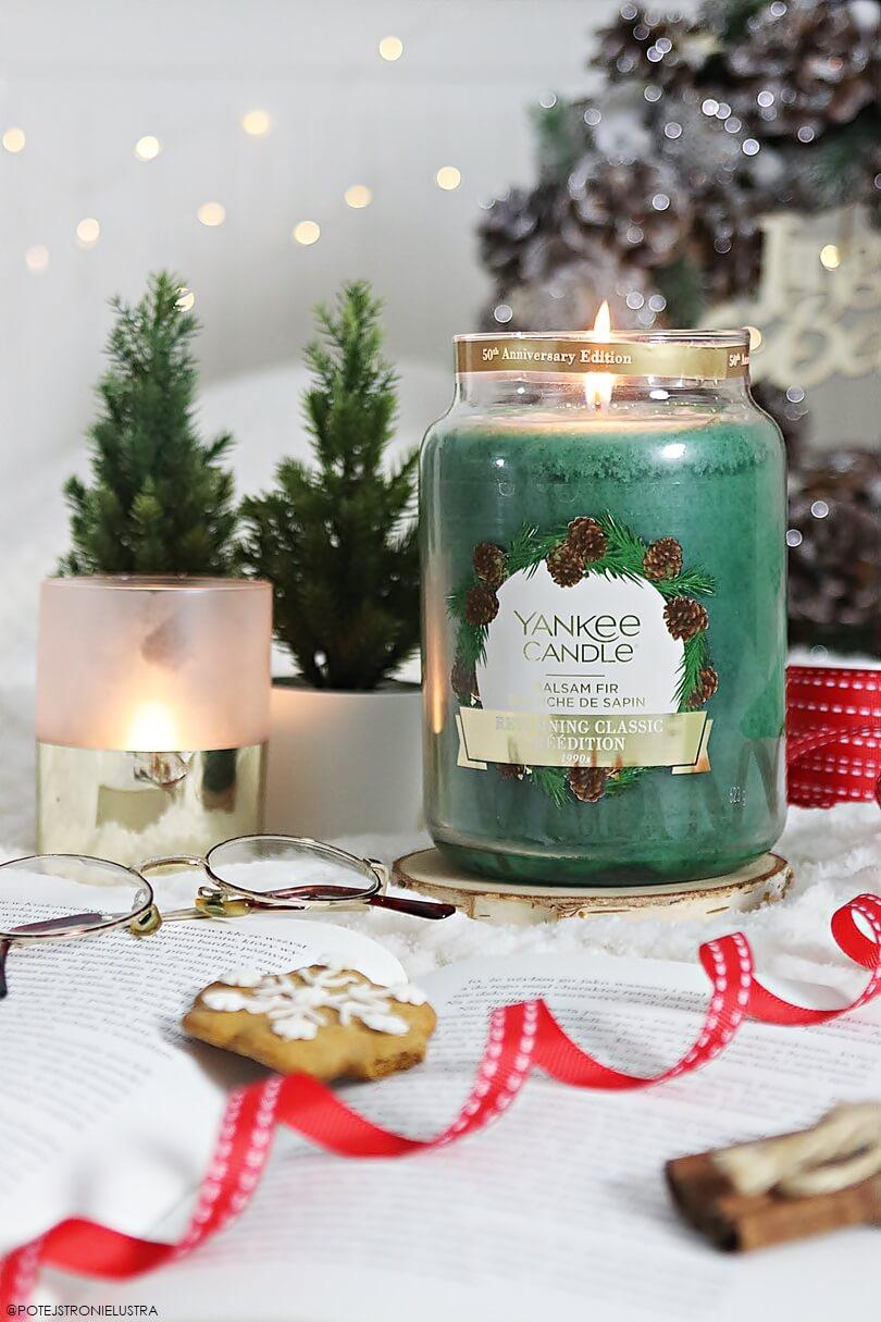 yankee candle balsam fir duża świeca zapachowa na tle świątecznych dekoracji