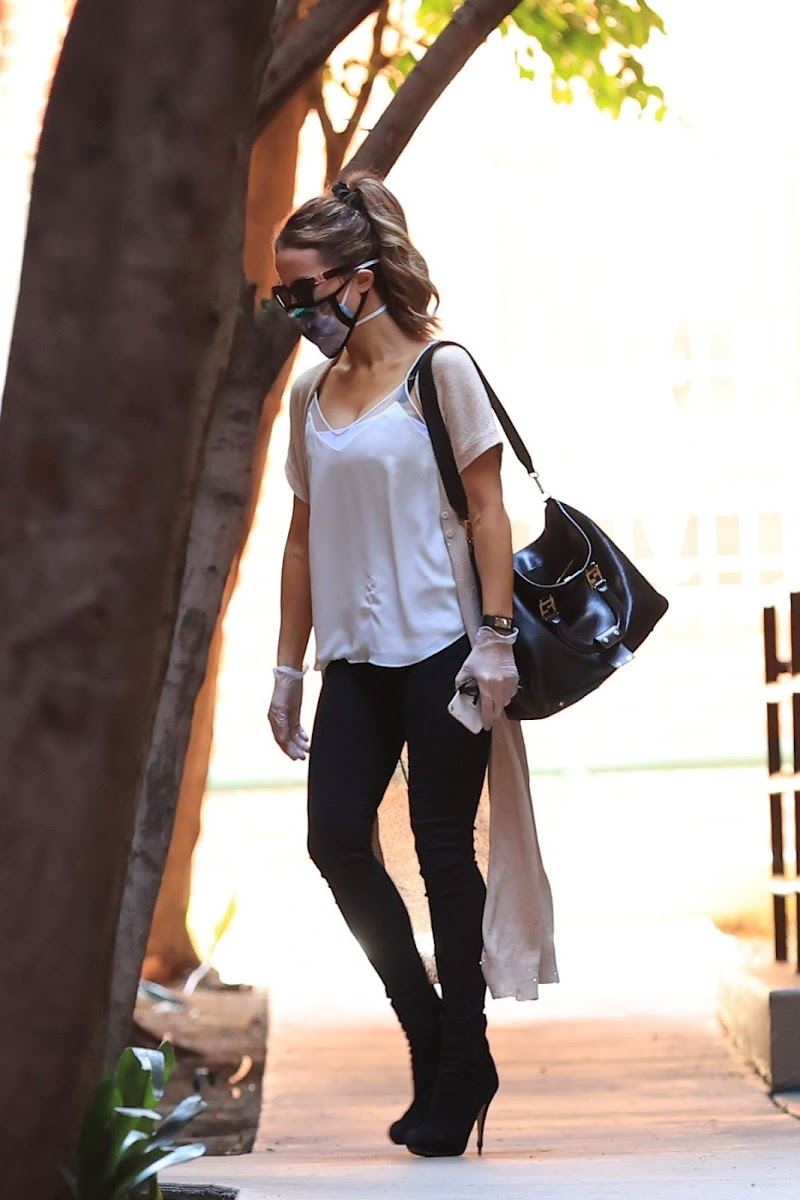 Kate Beckinsale Leaves a Medical Building in Los Angeles 10 Aug -2020