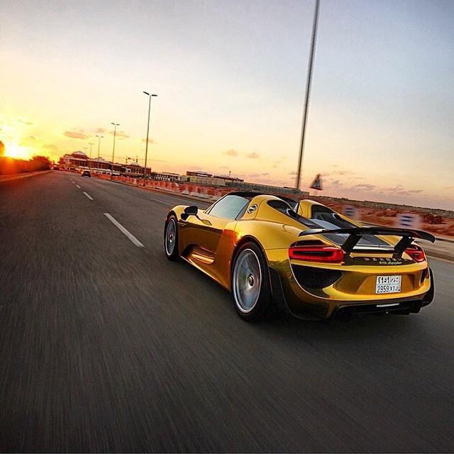 سيارات بالكروم الذهبي