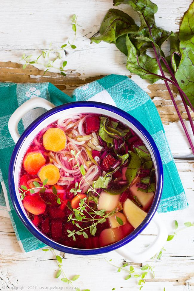 sezonowa zupa jarzynowa krem z botwinką i tymiankiem