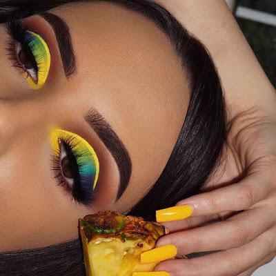 Maquillaje amarillo con azul