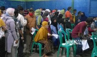 Warga Desa Cibatu saat mengambil bansos