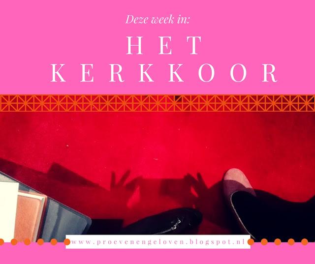 Bewerkte foto van roze pump en zwarte kous op rode pluche kerkvloer, met de tekst: deze week in Het Kerkkoor.