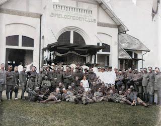 grup tentara dari knil di depan gedung simeloengoenclub di kota pematangsiantar